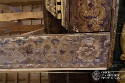 dettaglio decorazioni soffitto ligneo