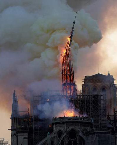 incendio a Notre Dame a Parigi